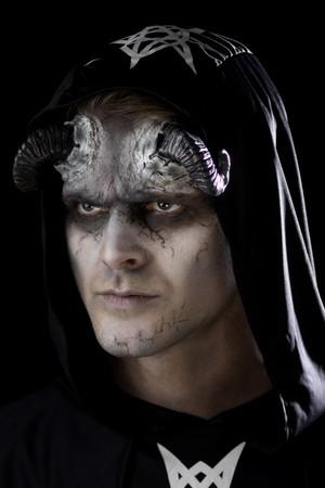 Релефна татуировка-рога демон, Куку МагЪзин